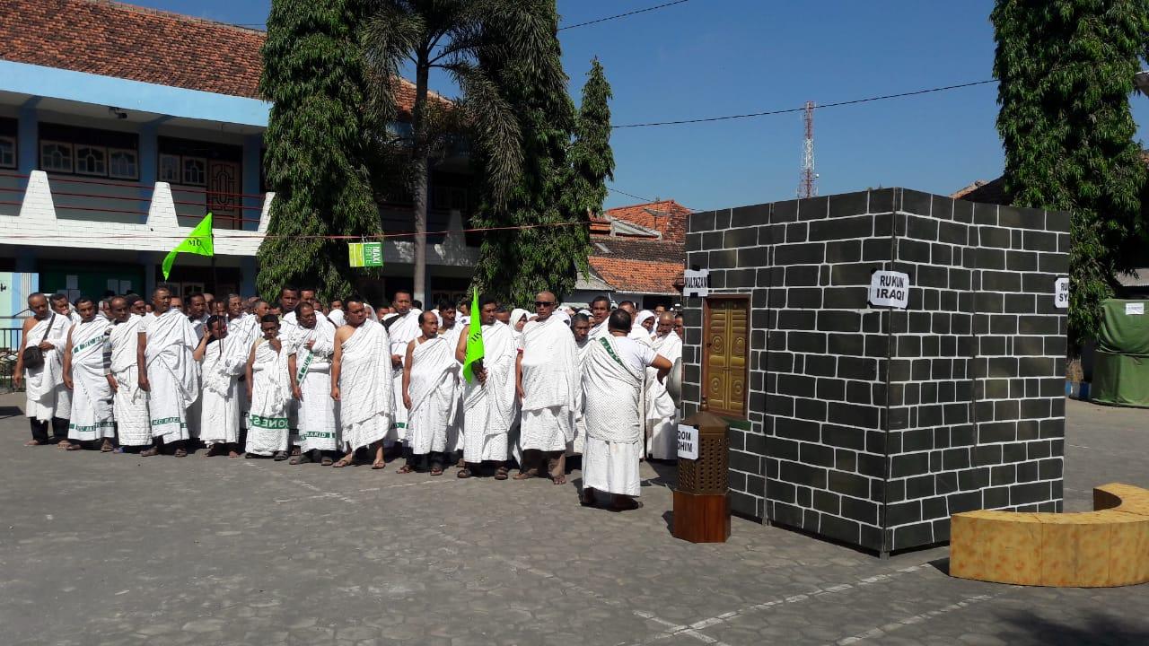 Jelang Keberangkatan, Ratusan Calon Jamaah Haji KBIH Miftahul Ulum Mantapkan Manasik Terakhir