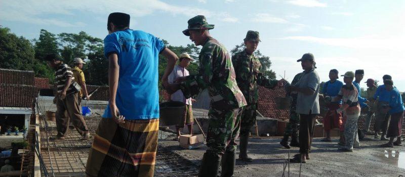 Tanpa Sekat, Anggota TNI Koramil Jatiroto Gotong-royong Ikut Pengecoran Gedung MI Miftahul Ulum Bakid